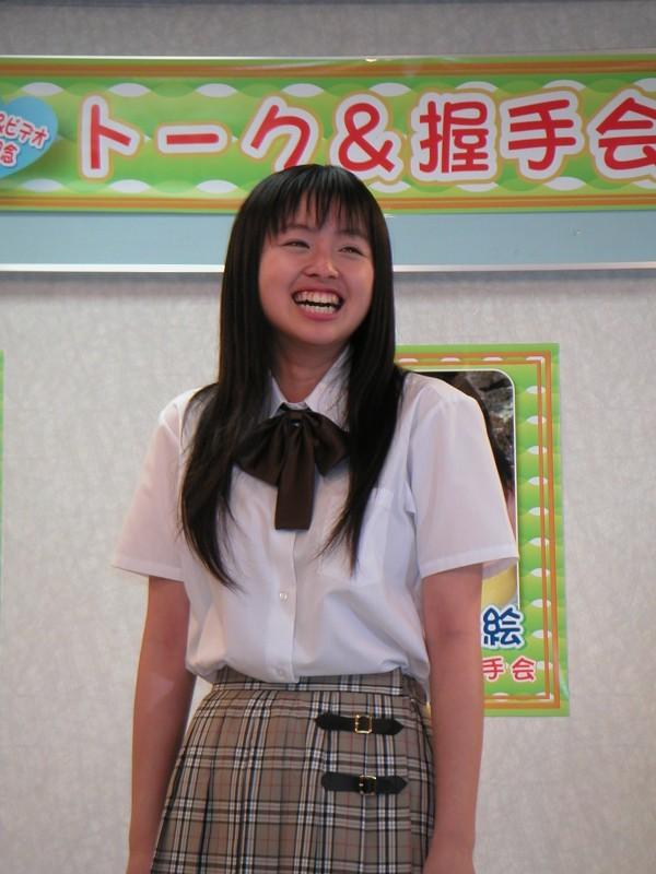 制服姿の桐村萌絵さん